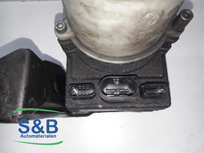 Hydrauliekpomp elektromotor van een Volkswagen Polo (9N1/2/3) 1.2 12V 2003