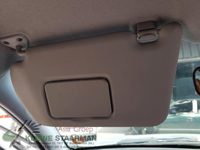 Zonneklep van een Nissan / Datsun Almera (N16) 1.8 16V 2003