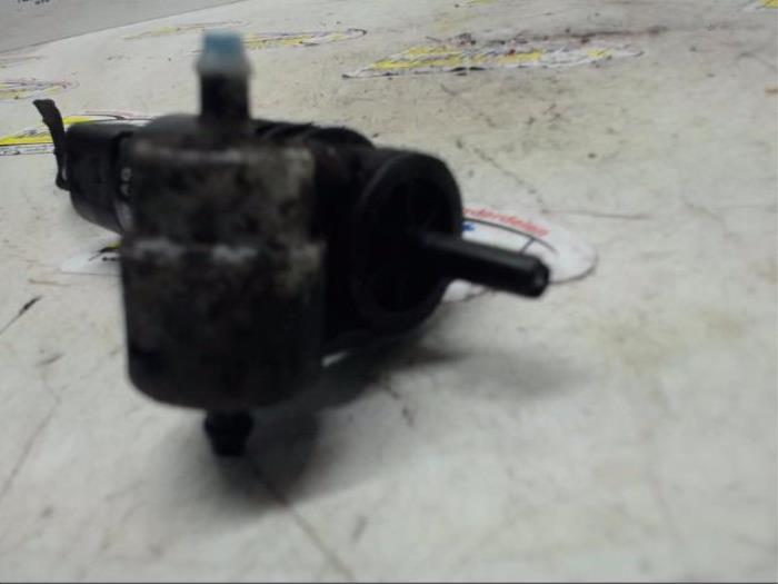 Ruitensproeierpomp voor van een Volkswagen Touran (1T3) 2.0 TDI 16V 140 2012