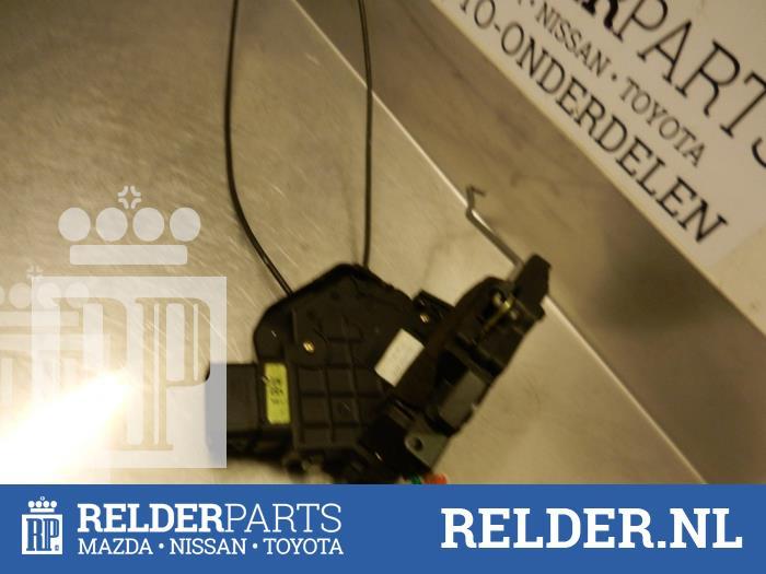 Mazda 3 (BK12) 1.6 CiTD 16V 2006 Slotmechaniek Portier 4Deurs links-achter (klik op de afbeelding voor de volgende foto)
