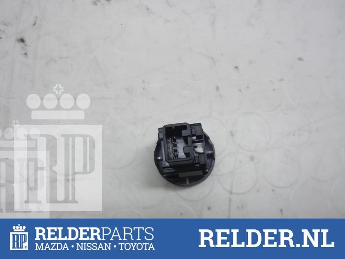 Nissan Juke (F15) 1.6 16V 2012 Alarmlicht Schakelaar (klik op de afbeelding voor de volgende foto)