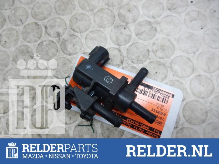 Toyota Avensis (T25/B1B) 2.0 16V VVT-i D4 2004 Vacuum ventiel (klik op de afbeelding voor de volgende foto)