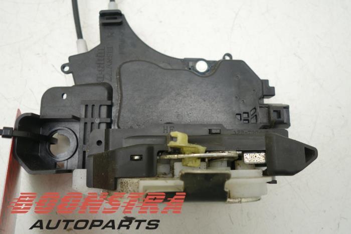 Front door lock mechanism 4-door, right Mitsubishi Colt (5715A407)