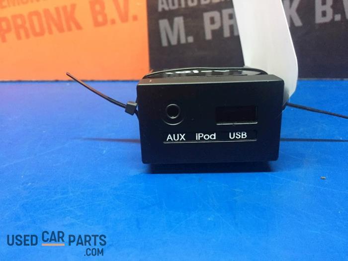 AUX/USB aansluiting - Hyundai I30 - O65442