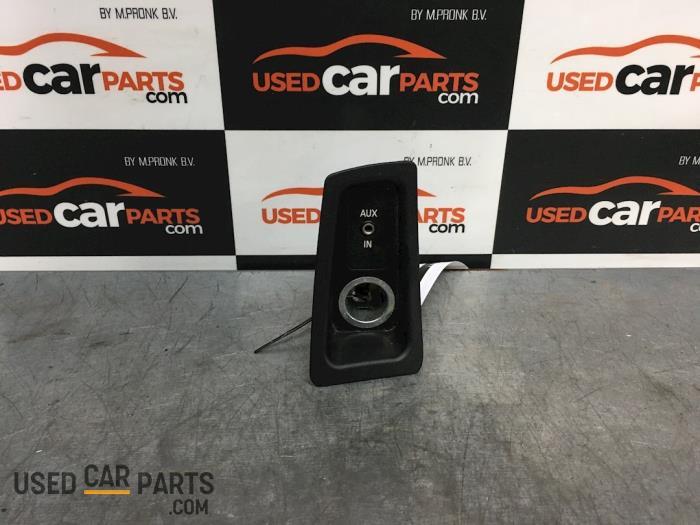 AUX/USB aansluiting - BMW 1-Serie - O69388