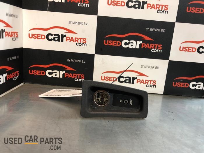 AUX/USB aansluiting - BMW 1-Serie - O85502