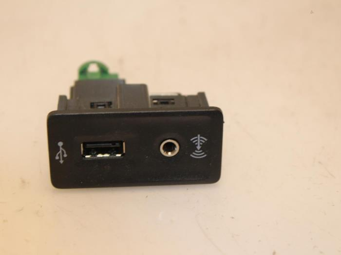 AUX / USB connection for Volkswagen Golf 5G0035222E