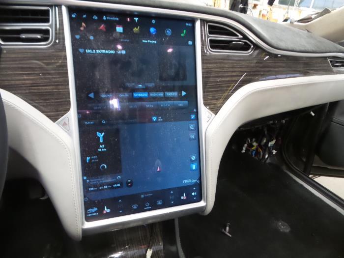 Gebruikte tesla model s display interieur t16a0129462 for Auto onderdelen interieur