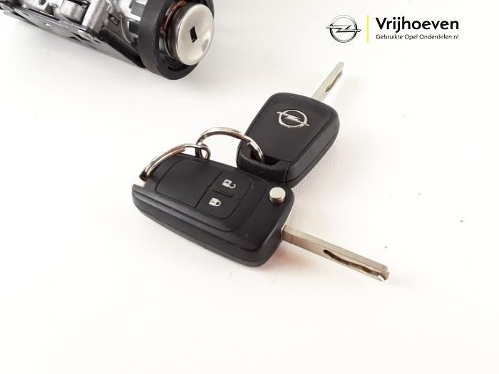 Sleutel+Contactslot van een Opel Astra J (PC6/PD6/PE6/PF6) 1.4 Turbo 16V 2014