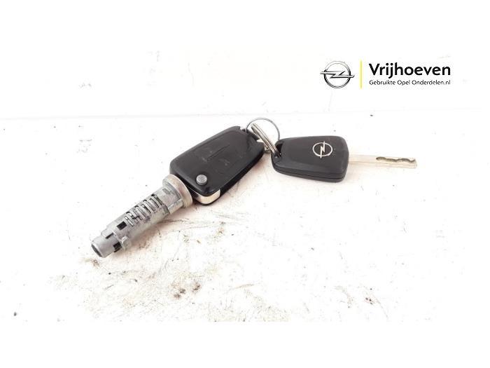 Sleutel+Contactslot van een Opel Astra H (L48) 1.6 16V Twinport 2005